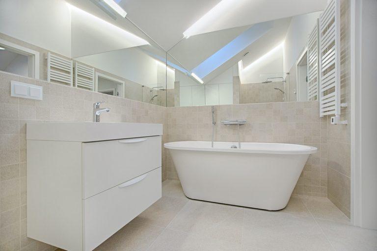 white-bathtub-in-bathroom-1571461